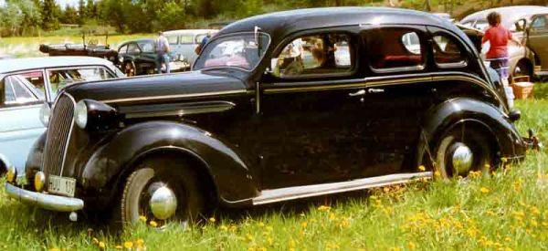 plymouth_p3_de_luxe_4-door_touring_sedan_1937